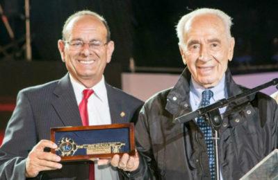 Karmiel mayor Adi Eldar presenting the key to the city to Shimon Peres.